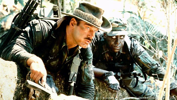 Jesse Ventura im Film Predator mit Arnold Schwarzenegger in der Hauptrolle. (picture-alliance/Everett Collection/20th Century Fox Film)