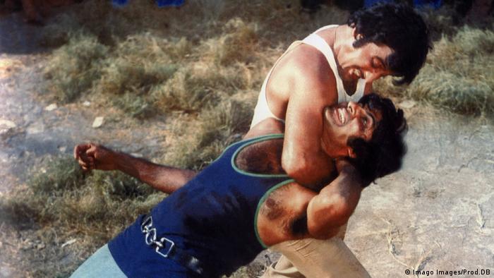 Film still Amar Akbar Anthony, two men grappling. (Imago Images/Prod.DB)