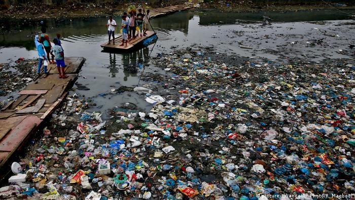 Canal poluído em Mumbai, Índia