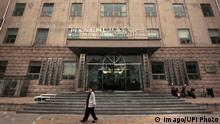 Chinese walk past a nondescript building housing the Cyberspace Administration of China s second office in Beijing on November 6, 2017. Instant-messaging apps, video streaming and other news content platforms in China will face closer scrutiny and censorship under new rules issued by the country s internet regulators. PUBLICATIONxINxGERxSUIxAUTxHUNxONLY PEK2017110603 STEPHENxSHAVER