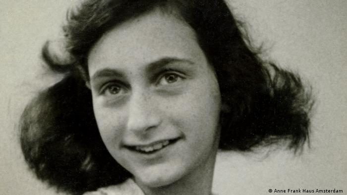 Retrato de Anne Frank, que tuvo que esconderse de los nazis durante dos años, y finalmente fue arrestada por la Gestapo y murió de tifus en el campo de concentración alemán de Bergen-Belsen.