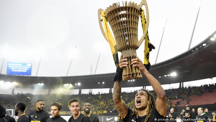 BSC Young Boys Kevin Mbabu Meisterpokal (picture-alliance/dpa/Keystone/A. Anex)