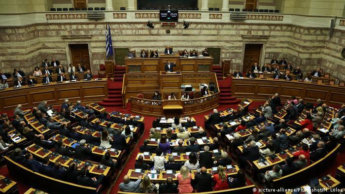 Premierminister Alexis Tsipras (am Pult) hält eine Rede vor dem Parlament (Archivbild)