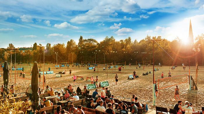people sitting outside next to beach volleyball courts (Foto: Beach 61).