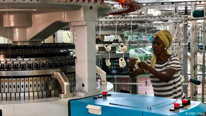 Costureira em fábrica têxteis na Etiópia