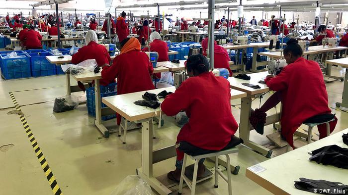 Operárias em fábrica têxtil da Etiópia