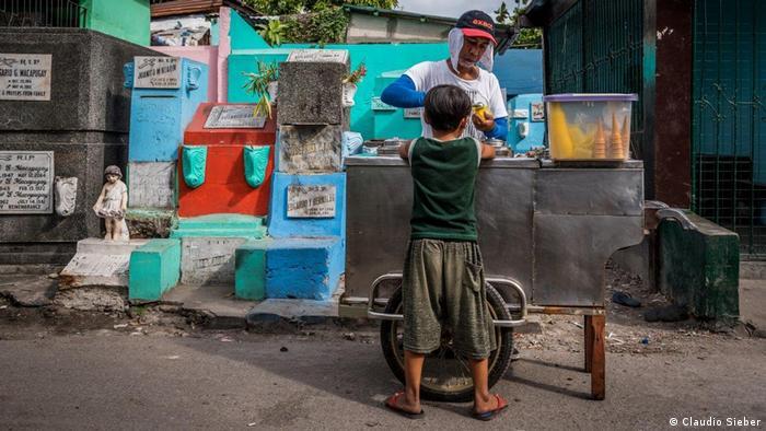 El vendedor de helados Hobito no vive en el cementerio. Pero llega casi todos los días desde donde vive, a casi 3 kilómetros, para endulzarle el día a estos niños.