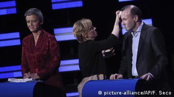 Λίγο μακιγιάζ για τον Μάνφρεντ Βέμπερ και την Μαργκρέτε Βεστάγκερ πριν από την έναρξη της συζήτησης