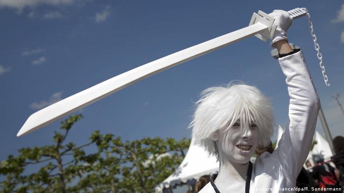 Cos-Player beim Japan-Tag in Düsseldorf als Manga Shirosaki mit weiß getünchtem Gesicht, weißer Perücke und weißem Schwert