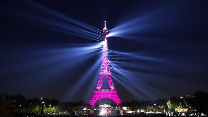 A light show illuminates the Eiffel Tower for its 130 year anniversary (picture-alliance/AP/C. Ena)