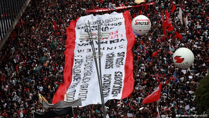 Organizadores falam em 100 mil manifestantes reunidos em São Paulo
