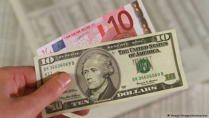 Euro und Dollar- Banknoten