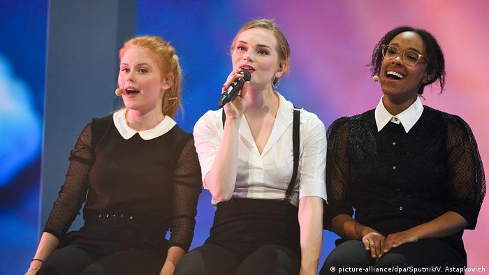Leonora mit zwei weiteren Sängerinnen (picture-alliance/dpa/Sputnik/V. Astapkovich)