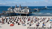 Beach with beach chairs and old seaside pier (picture-alliance/ZB/S. Sauer)