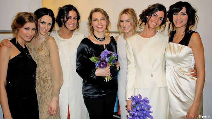 Unternehmerinnen in Spanien Kerstin Krause mit ihren Modells bei einer Modeshow