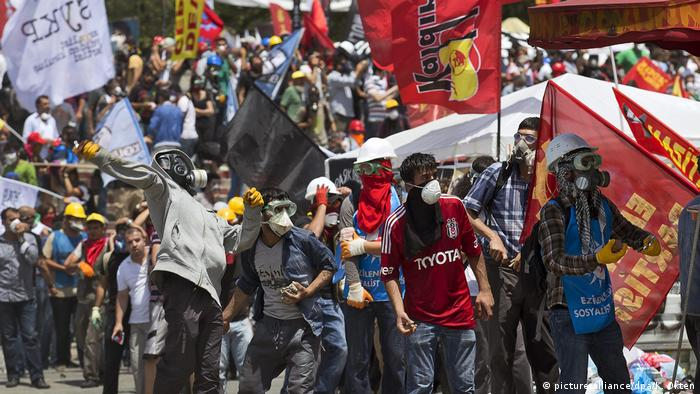 Protesters in Gezi Park in 2013, some earing masks to protect against tear gas (picture-alliance/dpa/K. Okten)