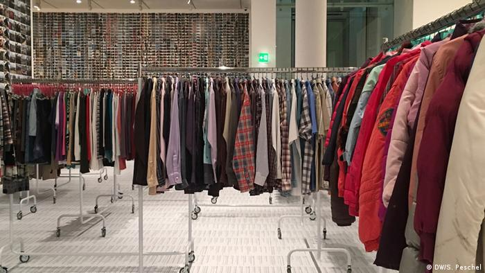 Clothes hanging on rolling racks (DW/S. Peschel)