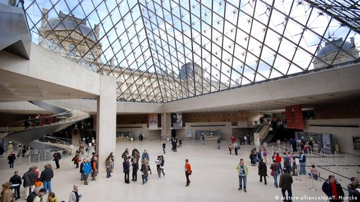 The pyramid at the entrance to the Louvre, by I. M. Pei (picture-alliance/dpa/T. Muncke)
