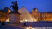 In abendlicher Beleuchtung - der Louvre in Paris mit Reiter-Standbild und der gläsernen Pyramide des Architekten Ieoh Ming Pei, aufgenommen am 26.06.2005. Foto: Hans Wiedl +++(c) dpa - Report+++ | Verwendung weltweit
