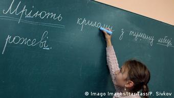 С 1 сентября в школах Украины все реже звучит русский язык