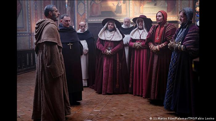 John Turturro (l.) hat in der Serienneuauflage von Der Name der Rose die Rolle von William von Baskerville übernommen