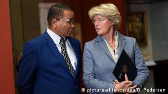 Kulturstaatsministerin Monika Grütters mit dem namibischen Botschafter Andreas Guibeb