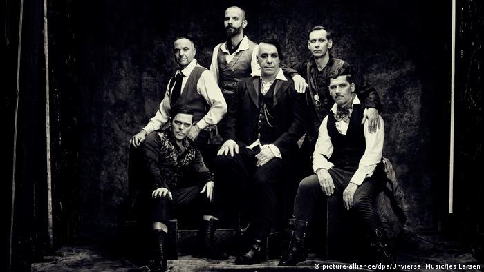Rammstein, neues Album Rammstein, die sechs Musiker posieren wie auf einem alten Familienfoto Anfang des 20. Jahrhunderts. (picture-alliance/dpa/Unviersal Music/Jes Larsen)