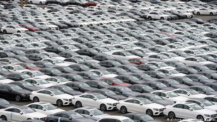New Mercedes-Benz automobiles ready to be shipped to the US (picture-alliance/dpa/I. Wagner)