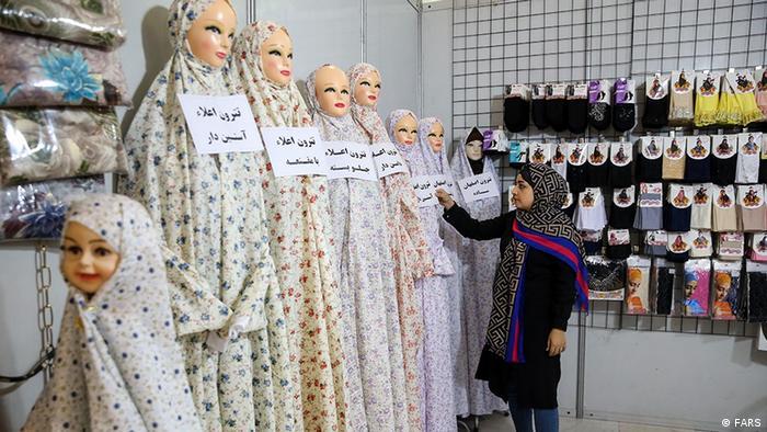 بیست و هفتمین دوره نمایشگاه بینالمللی قرآن تا چهارم خرداد ماه، در مصلی تهران در حال برگزاری است. با توجه به وجود انواع و اقسام غرفههای منسوجات در این نماشگاه شاید بهتر بود از عنوان نمایشگاه بینالمللی قرآن و منسوجات استفاده میشد.