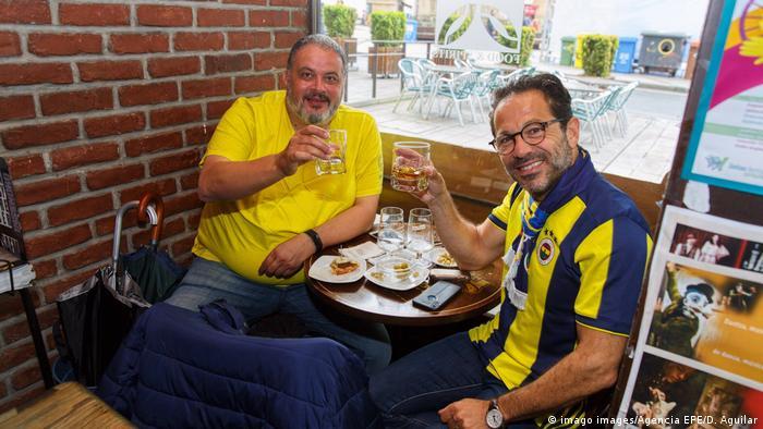 Dva Španjolca nazdravljaju u kavani