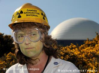 Eine Anti-Atom-Demonstrantin vor einem Atomkraftwerk (Foto: dpa)