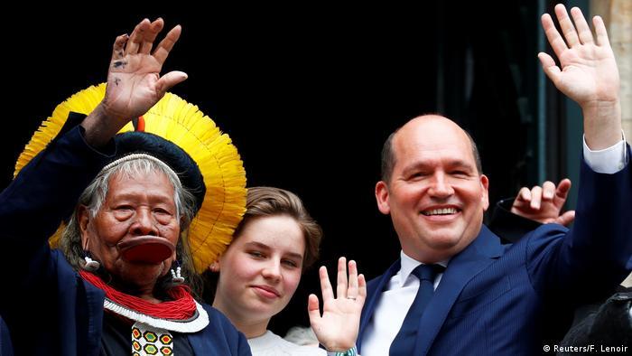Raoni ao lado da ativista belga Anuna De Wever, de 17 anos, e do prefeito de Bruxelas, Philippe Close