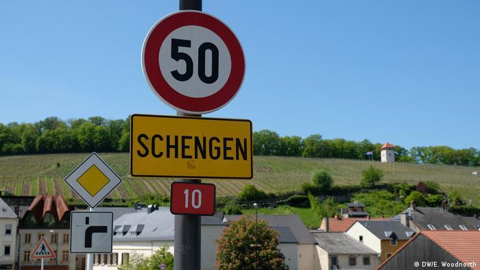 Ortschild mit dem Namen Schengen