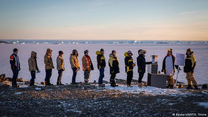 Australci u redu pred biračkom kutijom na Antarktiku (Reuters/AAP/G. Stone)
