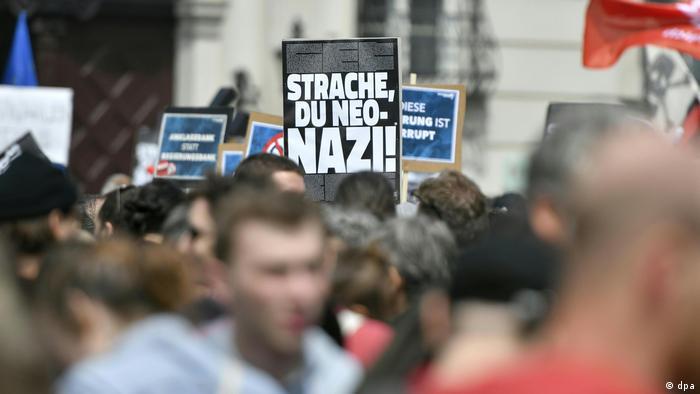 Österreich Regierungskrise | Demonstration vor Bundeskanzleramt (dpa)