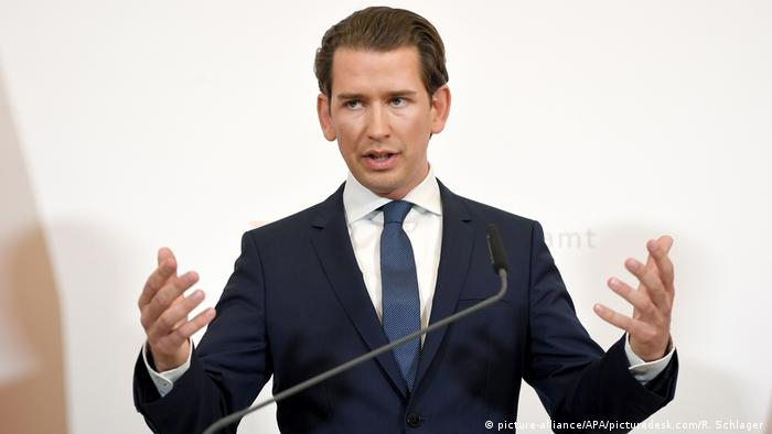 Sebastian Kurz gestures during his speech calling for new elections (picture-alliance/APA/picturedesk.com/R. Schlager )