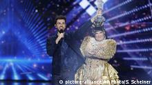 Singer Duncan Laurence with last year's Eurovision winner (picture-alliance/AP Photo/S. Scheiner)