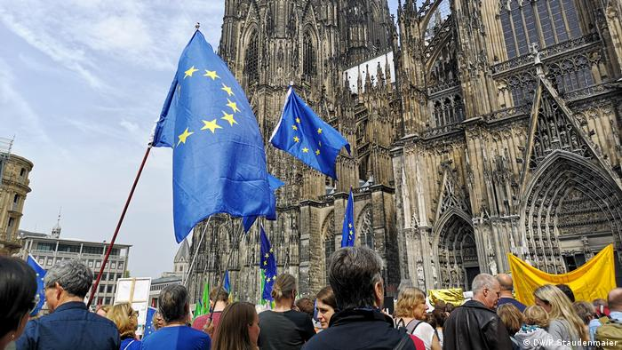 People marching near the Cologne Cathedral (DW/R.Staudenmaier)