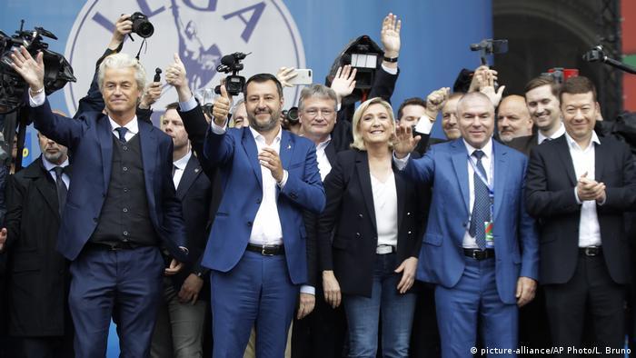 Italien Mailand Treffen von Europas Rechtspopulisten (picture-alliance/AP Photo/L. Bruno)