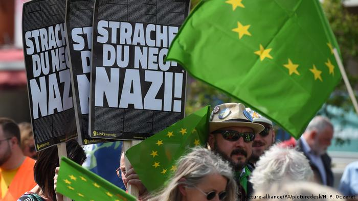 Demonstrators at a rally in Vienna (picture-alliance/PA/picturedesk/H. P. Oczeret)