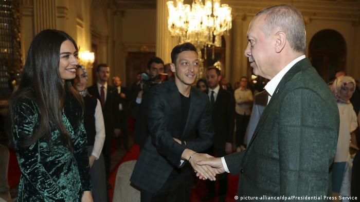 Deutschland Özil bei Erdogan-Festmahl (picture-alliance/dpa/Presidential Press Service)