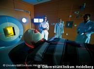 Пациента готовят к сеансу ионной терапии