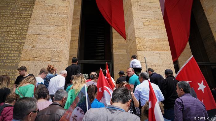 Türkei Menschen besuchen Anitkabir in Ankara (DW/N. Kirac)