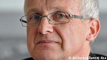 Der Bochumer Opel-Betriebsratschef Rainer Einenkel spricht am Montag (30.03.2009) in Bochum während einer Pressekonferenz. Im Anschluß an eine Betriebsversammlung informierte er über die aktuellen Entwickungen. Foto: Bernd Thissen dpa/lnw +++(c) dpa - Report+++