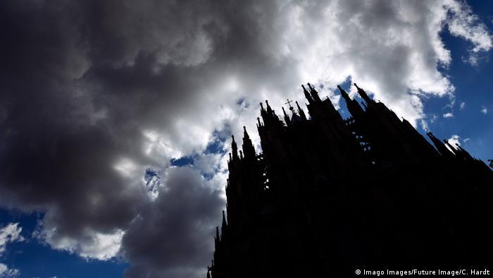 Deutschland Ostfassade des Kölner Doms mit dunklen Wolken