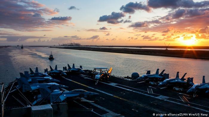 Ägypten Flugzeugträger USS Abraham Lincoln im Suez Kanal (picture-alliance/ZUMA Wire/US Navy)