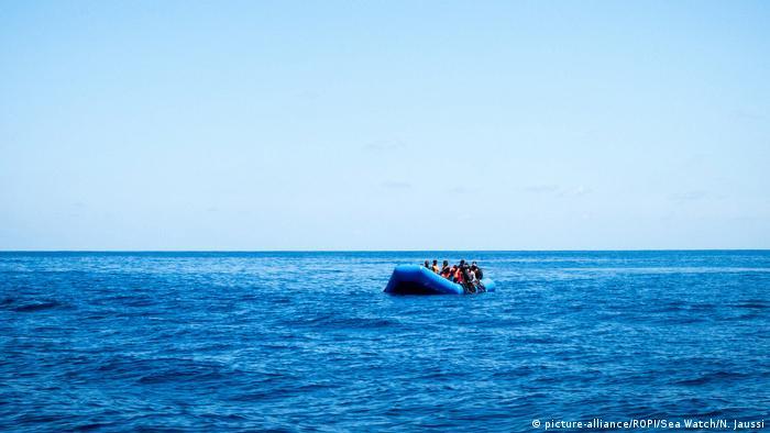 قارب مطاطي للمهاجرين في البحر المتوسط تم إنقاذه من قبل سفينة الإنقاذ سي ووتش3 بتاريخ 15.05.2019