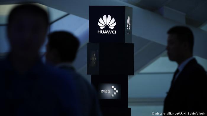 China Peking Huawei Präsentation (picture-alliance/AP/M. Schiefelbein)