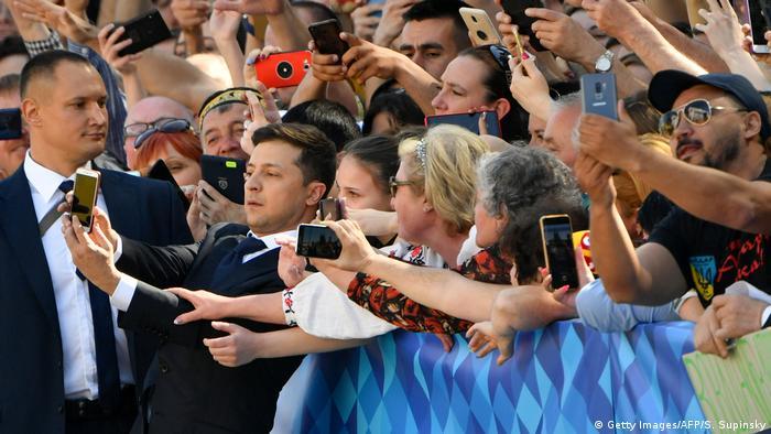 Владимир Зеленский делает селфи со своими сторонниками