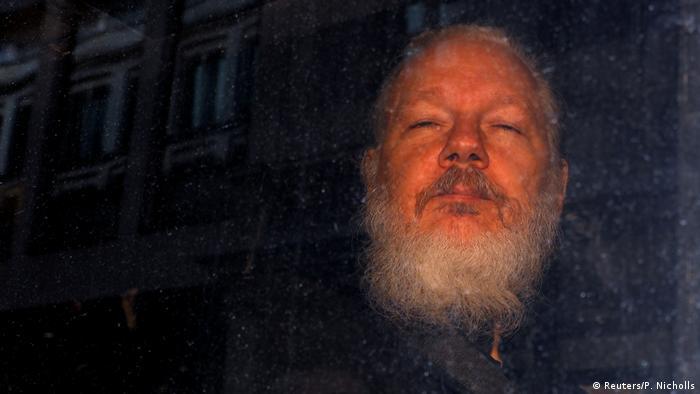 Основатель Wikileaks Джулиан Ассанж покидает полицейский участок в Лондоне, апрель 2019 года